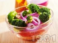 Здравословна салата с броколи на пара, червени чушки и моркови